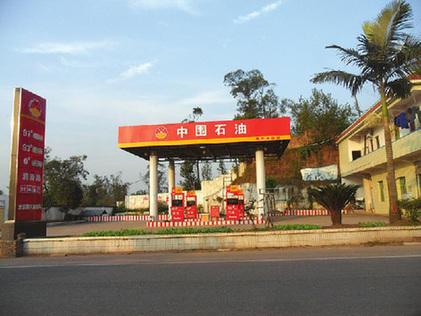 """四川现山寨加油站 """"中国石油""""变身""""中围石油"""""""